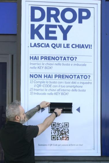 Inserisci le chiavi nella busta e imbucala nella Keybox